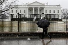 Турист проходит мимо Белого дома в Вашингтоне 6 марта 2013 года. Палата представителей США в среду одобрила законопроект о финансировании правительственных программ до конца бюджетного года, заканчивающегося 30 сентября. REUTERS/Larry Downing