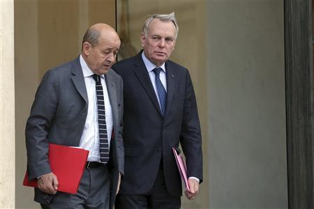 French Prime Minister Jean-Marc Ayrault (R) speaks with Defence minister Jean-Yves Le Drian at the end of a defence council at the Elysee Palace in Paris, March 5, 2013. REUTERS/Philippe Wojazer