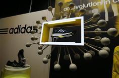 La nouvelle Adidas boost présentée jeudi lors de la conférence de résultats du groupe à Herzogenaurach, en Allemagne. Le deuxième groupe mondial d'articles de sport derrière Nike a enregistré une perte d'exploitation inattendue au titre du dernier trimestre de son exercice 2012, en raison de dépréciations liées aux mauvaises performances de sa marque Reebok. /Photo prise le 7 mars 2013/REUTERS/Michael Dalder