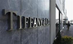 Le titre Tiffany est à suivre jeudi sur les marchés américains. Selon des documents boursiers, le fonds souverain du Qatar, déjà premier actionnaire, a relevé sa participation à 11,27% dans le joaillier américain. /Photo d'archives/REUTERS/Gary Cameron
