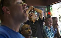 Футбольные болельщики смотрят полуфинальный матч Евро-2012 между Италией и Германией в итальянском кафе в Ванкувере 28 июня 2012 года. REUTERS/Andy Clark