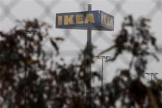 Столб с логотипом IKEA в Берлине 16 ноября 2012 года. Шведский ритейлер IKEA приостановил продажи сосисок в своих 14 российских магазинах после того, как в них была обнаружена конина, сообщила компания в четверг. REUTERS/Thomas Peter