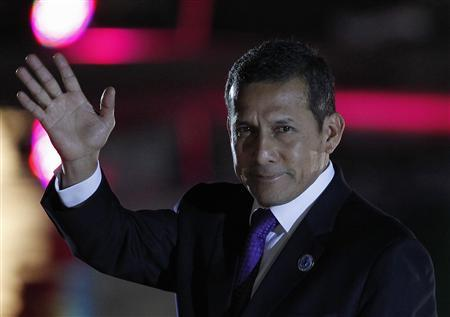 Peru's President Ollanta Humala waves to the media before an official dinner at La Moneda Presidential Palace during the summit of the Community of Latin American and Caribbean States (CELAC) in Santiago, January 27, 2013. REUTERS/Andres Stapff