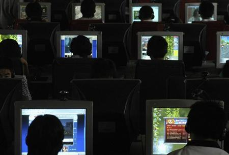 People use computers at an Internet cafe in Changzhi, north China's Shanxi province June 20, 2007. REUTERS/Stringer