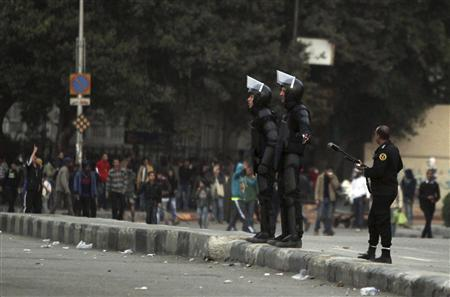 Riot police try to stop clashes and ask protesters, opposing Egyptian President Mohamed Mursi, to back away along Qasr Al Nil bridge, which leads to Tahrir Square in Cairo March 7, 2013. REUTERS-Amr Abdallah Dalsh
