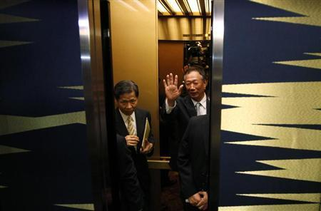 Hon Hai Precision Industry chairman and founder Terry Gou waves to the media as he gets on an elevator after a news conference in Tokyo August 27, 2012. REUTERS/Toru Hanai