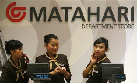 Cashiers from Indonesia's Matahari retail department store waiting for customers in Jakarta February 11, 2010. REUTERS/Supri