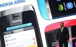 Stephen Elop, le directeur général de Nokia, a vu sa rémunération réduite de 45% en 2012, reflétant ainsi la baisse de 22% du cours de Bourse du fabricant finlandais de téléphones mobiles pendant cet exercice. /Photo prise le 25 février 2013/REUTERS