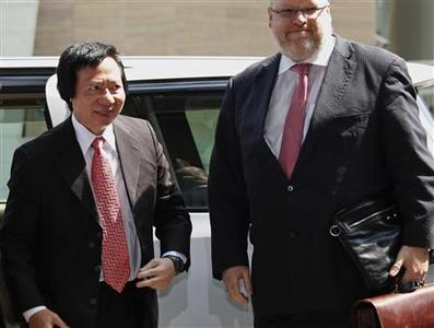 Thomas Kwok (L), co-chairman of Hong Kong developer Sun Hung Kai Properties, arrives at the Eastern Court in Hong Kong March 8, 2013. REUTERS/Bobby Yip
