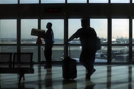 Travelers wait the airtrain to change between terminals at Newark Liberty International Airport in Newark, New Jersey November 15, 2012. REUTERS/Eduardo Munoz