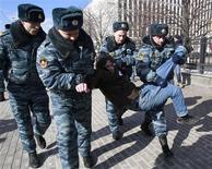 Unos policías rusos detienen a un partidario del grupo punk Pussy Riot en Moscú, mar 8 2013. La policía rusa detuvo a varios activistas que protestaban el viernes contra la encarcelación de las roqueras punk Pussy Riot en una manifestación programada para coincidir con el Día Internacional de la Mujer. REUTERS/Sergei Karpukhin