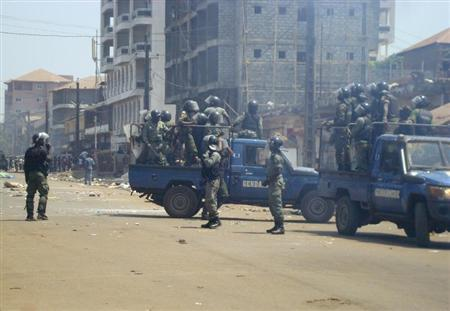 Anti-riot policemen deploy across Conakry to separate rival gang fighters, March 1, 2013. REUTERS/Saliou Samb