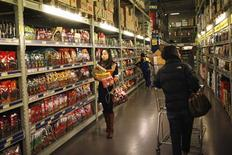 Customers shop at a supermarket in Shanghai March 8, 2013. China's annual consumer inflation quickened to 3.2 percent in February from January's 2.0 percent, data showed on Saturday in a further sign that China's burgeoning recovery could be stoking price pressures. Picture taken March 8, 2013. REUTERS/Aly Song