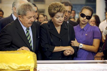 Brazil's former President Luiz Inacio Lula da Silva (L), Brazil's President Dilma Rousseff (C) and Rosa Virginia, daughter of Venezuela's late President Hugo Chavez, view Chavez's coffin during a wake at the military academy in Caracas March 7, 2013, in this picture provided by the Miraflores Palace. REUTERS/Miraflores Palace/Handout