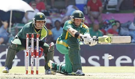 Pakistan's wicket keeper Kamran Akmal (L) watches South Africa's Colin Ingram as he plays a shot during their One day International cricket match in Bloemfontein, March 10, 2013. REUTERS/Siphiwe Sibeko