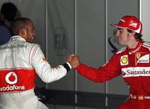 Piloto britânico de Fórmula 1 Lewis Hamilton da Maclaren (à esquerda) é parabenizado por Fernando Alonso da Ferrari, após pegar a pole position na sessão classificatória da F1 Grand Prix da Espanha, no Cirtuit da Catalunya, em Montmelo, perto de Barcelona, maio de 2012. Hamilton apontou Alonso como o rival que deseja derrotar mais que qualquer outro no grid da Fórmula 1.