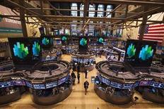 En franchissant de nouveaux records la semaine dernière, le Dow Jones a renoué avec les niveaux qui étaient les siens avant le déclenchement de la crise financière mais cela ne constitue pas forcément un signal d'achat./Photo prise le 8 mars 2013/REUTERS/Lucas Jackson