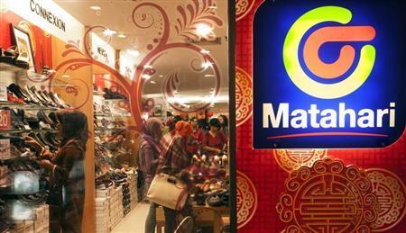 People shop at Matahari retail department store in Yogyakarta January 24, 2013. REUTERS/Dwi Oblo