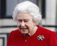 Imagen de archivo de la Reina Isabel II de Reino Unido a su salida del hospital Eduardo VIII en Londres, mar 4 2013. La reina Isabel II de Inglaterra canceló el lunes un acto oficial tras su reciente hospitalización con síntomas de gastroenteritis, aunque no existía una preocupación grave sobre su estado de salud, dijeron funcionarios. REUTERS/Andrew Winning