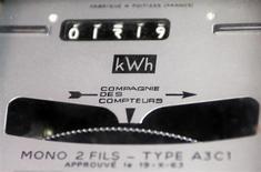 L'abonnement de 230.000 foyers à l'électricité ou au gaz a été résilié en 2012 à l'initiative des fournisseurs d'énergie en raison d'impayés. La loi sur l'énergie doit définitivement être adoptée lundi soir par l'Assemblée et mettre fin aux coupures d'énergie pendant l'hiver mais le phénomène de hausse des résiliations (+20% pour l'électricité) inquiète. /Photo d'archives/REUTERS/Régis Duvignau