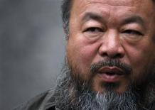 """Artista dissidente chinês Ai Weiwei rsponde a perguntas durante uma entrevista em seu estúdio em Pequim, em setembro de 2012. Weiwei anunciou na segunda-feira planos para lançar um álbum de heavy metal que, segundo ele, """"expressaria sua opinião"""" da mesma forma como faz com sua arte. 27/09/2012 REUTERS/David Gray"""