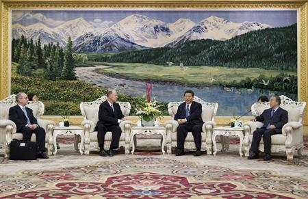 U.S. National Security Advisor Tom Donilon (center L) talks with China's Vice President Xi Jinping (center R) during a meeting at the Great Hall of the People in Beijing July 25, 2012. REUTERS/Andy Wong/Pool