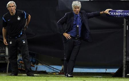 Inter Milan coach Gian Piero Gasperini (R) reacts during the match against Trabzonspor in their Group B Champions League soccer match at San Siro stadium in Milan, September 14, 2011. REUTERS/Stefano Rellandini