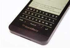 Смартфон Blackberry Z10 в магазине в Торонто, 5 февраля 2013 года. Слухи о возможном слиянии и новость о продажах новой модели смартфона крупнейшим мобильным оператором США привели к росту цены акций BlackBerry на 14 процентов в понедельник. REUTERS/Mark Blinch