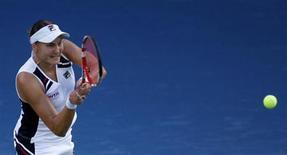 Надежда Петрова отбивает мяч во время поединка с итальянкой Сарой Эррани на турнире в Дубае, 21 февраля 2013 года. Российская теннисистка Надежда Петрова пробилась в понедельник в четвертый круг престижного турнира BNP Paribas Open в Индиан-Уэллсе. REUTERS/Jumana El Heloueh