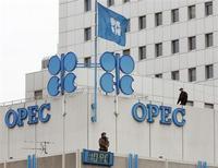 Сотрудники службы безопасности стоят на крыше здания штаб-квартиры ОПЕК 20 сентября 2005 года. Рост мирового потребления нефти может оказаться ниже прогнозов в 2013 году из-за экономических рисков в еврозоне и США, считает Организация стран-экспортеров нефти (ОПЕК). REUTERS/Heinz-Peter Bader