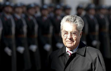 Austria's President Heinz Fischer arrives in the inner yard of Hofburg Palace to welcome Myanmar's President Thein Sein in Vienna March 4, 2013. REUTERS/Leonhard Foeger