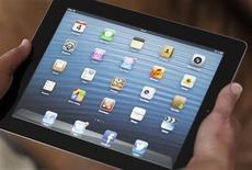 Imagen de archivo de un iPad de Apple en Burdeos, Francia, feb 4 2013. Las ventas del iPad de Apple Inc serán superadas por primera vez este año por la creciente variedad de tabletas que operan con la plataforma Android de Google Inc, a medida que los dispositivos de menor tamaño atraen a más consumidores, dijo el martes la firma de investigación International Data Corp (IDC). REUTERS/Regis Duvignau