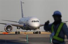 Les autorités américaines de la sécurité aérienne ont annoncé qu'elles donnaient leur accord pour le projet de certification de la nouvelle batterie qui doit équiper les 787 de Boeing tout en soulignant que l'avionneur devrait mener de nouveaux tests avant de pouvoir faire revoler ses très gros porteurs. /Photo prise le 29 janvier 2013/REUTERS/Toru Hanai