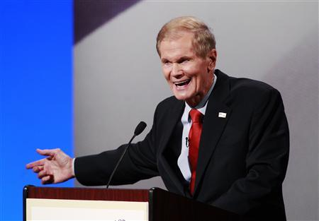 Democratic Senator Bill Nelson makes a point with Republican Representative Connie Mack IV (not pictured) during their U.S. Senate debate in Davie, Florida, October 17, 2012. REUTERS/Joe Skipper