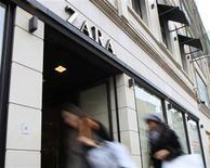Le bénéfice d'Inditex, propriétaire de l'enseigne Zara, a augmenté de 22% à 2,4 milliards d'euros en 2012, ses ventes dans les pays émergents, en Asie notamment, ayant compensé les difficultés de son marché domestique, l'Espagne. /Photo prise le 22 janvier 2013/REUTERS/Yves Herman