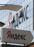 Указатель с логотипом Яндекса у штаб-квартиры компании в Москве 23 мая 2011 года. Крупнейший российский интернет-поисковик Яндекс объявил в среду, что акционеры компании, включая сооснователя и гендиректора Аркадия Воложа, продают около 7,4 процента ее акций по $22,75 за акцию и могут привлечь около $550 миллионов. REUTERS/Sergei Karpukhin