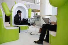 Гости конференции сидят на креслах в форме роботов Android в Сан-Франциско, 28 июня 2012 года. В этом году поставки планшетов на платформе Google Android впервые превзойдут результаты продаж iPad От Apple Inc, прогнозирует исследовательская компания IDC. REUTERS/Stephen Lam