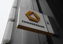 Le gouvernement allemand va ramener sa participation de 25% à moins de 20% dans le capital de Commerzbank dans le cadre d'un ensemble de mesures visant à renforcer ses fonds propres et se conformer à la nouvelle réglementation dans le secteur. /Photo prise le 24 janvier 2013/REUTERS/Ina Fassbender