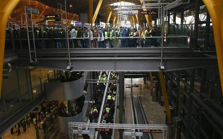 Protesting Iberia workers enter Terminal 4 of Barajas airport during an Iberia strike, the second of three five-day stoppages planned for February and March, in Madrid, March 4, 2013. REUTERS/Juan Medina
