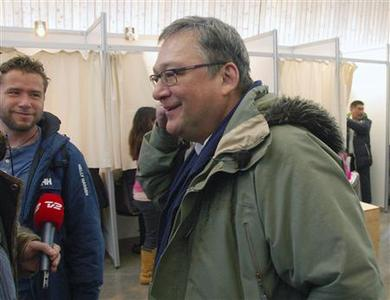 Greenland's Prime Minister Kuupik Kleist (front R) talks to reporters after voting in Nuuk, March 12, 2013. REUTERS/Alistair Scrutton