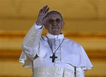 Аргентинский кардинал Хорхе Марио Бергольо, избранный Папой Римским и взявший имя Франциск, обращается к верующим с балкона Собора Святого Петра в Ватикане 13 марта 2013 года. REUTERS/Dylan Martinez