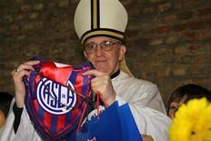 Foto de arquivo do cardeal argentino Jorge Bergoglio, eleito novo papa, com o logotipo do time de futebol San Lorenzo, do qual é torcedor. 13/03/2013 REUTERS/San Lorenzo/Divulgação