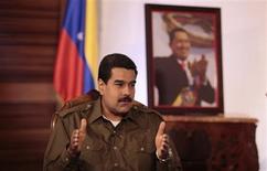 Selon le chef de l'Etat vénézuélien par intérim Nicolas Maduro, l'ancien président Hugo Chavez, décédé la semaine dernière, a peut-être influencé la décision du Christ de choisir pour la première fois un pape latino-américain. L'archevêque de Buenos Aires, Jorge Mario Bergoglio, a été élu pape mercredi sous le nom de François. /Photo prise le 13 mars 2013/REUTERS/Miraflores Palace