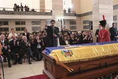 Вице-президент Венесуэлы Николас Мадуро (стоит в центре) держит речь на церемонии прощания с покойным президентом Уго Чавесом в военной академии в Каракасе 8 марта 2013 года. Правительство Венесуэлы заявило, что план забальзамировать останки Уго Чавеса может и не реализоваться, поскольку процесс нужно было начинать раньше. REUTERS/Miraflores Palace/Handout