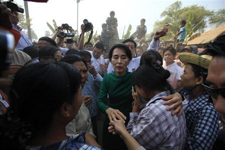 Myanmar pro-democracy Leader Aung San Suu Kyi comforts a woman at a village in Sarlingyi township March 14, 2013. REUTERS/Soe Zeya Tun