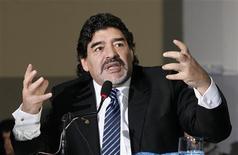Ex-jogador argentino Diego Maradona gesticula durante coletiva de imprensa, em Nápoles, na Itália. 26/02/2013 REUTERS/Ciro De Luca