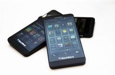 Imagen de archivo de unos teléfonos Blackberry Z10 en una tienda de la cadena Rogers en Toronto, feb 5 2013. BlackBerry dijo el jueves que ofrecerá una solución para separar y asegurar datos del trabajo y personales en dispositivos móviles provistos con la plataforma Android, de Google Inc, y el sistema operativo iOS, de Apple Inc. REUTERS/Mark Blinch