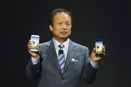 JK Shin, President and Head of IT and Mobile Communication Division, holds up Samsung Electronics Co's latest Galaxy S4 phones during its launch at the Radio City Music Hall in New York March 14, 2013. REUTERS/Adrees Latif