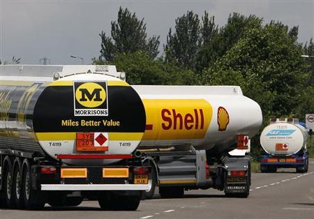 A Shell fuel leaves the Kingsbury fuel terminal, central England June 11, 2008. REUTERS/Darren Staples