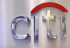 """Логотип Citi в торговом зале фондовой биржи в Нью-Йорке, 16 октября 2012 года. Российская """"дочка"""" Citigroup собирается расти на рынке розничного кредитования двузначными темпами - быстрее, чем бизнес группы в США, Азии и Европе, но не обольщается кредитным бумом, который грозит потерями при ухудшении ситуации в экономике, сказал в интервью Рейтер Михаил Бернер, возглавляющий розничный бизнес Ситибанка. REUTERS/Brendan McDermid"""